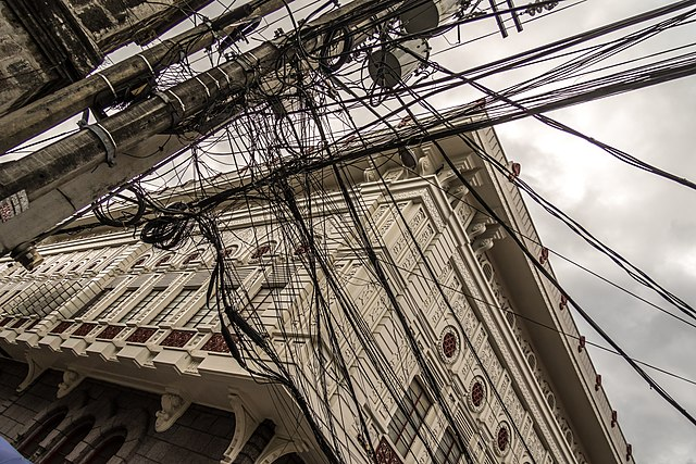 Wire chaos at Intramuros - Andrew Moore via Wikimedia Commons